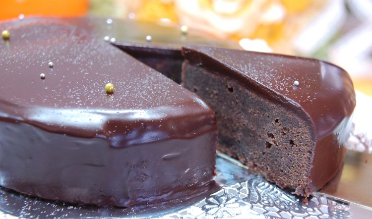 国際ブランド 送料込み 研究20年 濃厚で大人味? う~ん絶品うならせちゃいます 送料込みです ザッハトルテ風チョコレートケーキ 輸入 15cm
