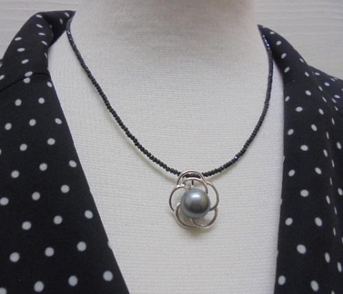 真珠ネックレス タヒチ黒蝶真珠大珠 花のスピネルチェーンペンダントネックレス 11.0~11.5ミリ程度 【淡水真珠】【通販】