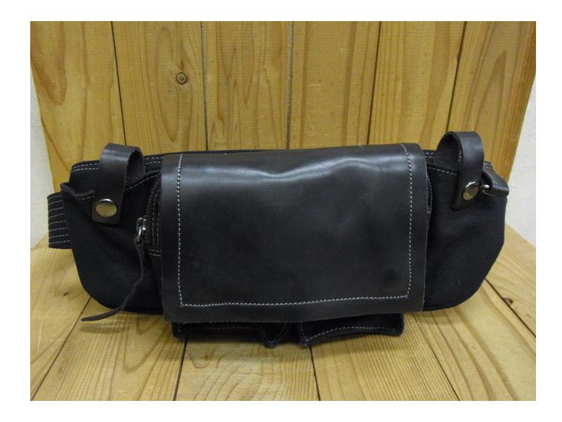 牛革バッグ ◆帆布素材と牛革を使ったコンビのヒップバッグです。本体の前面に2つ、両脇に2つ、更に後ろにファスナー付きポケットが付いているので、スッキリ収納できます。【本革製品/革小物/牛革】