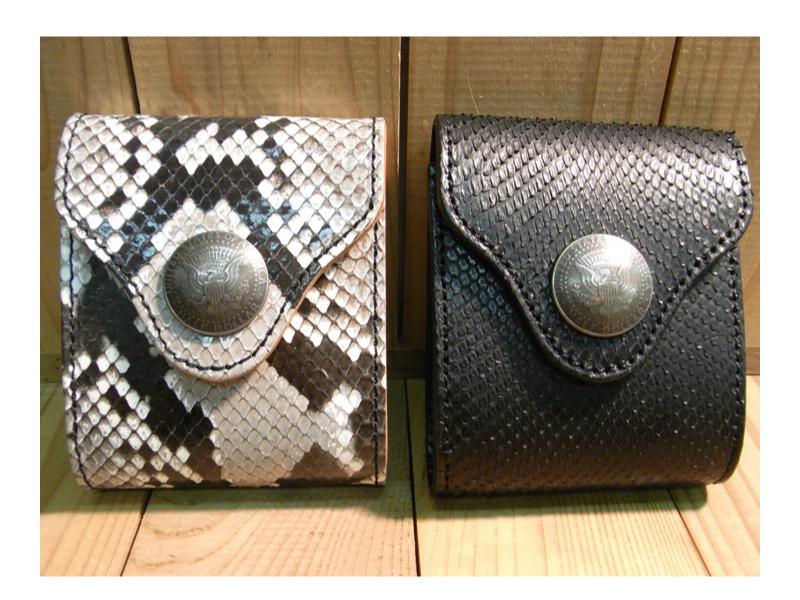 レザーウォレット ◆パイソンの革を使用した3ツ折りタイプの革財布です。前面にハーフダラーコインを使っています。天然の素材なので模様は各々異なります。またセンターには接ぎが入っています。【本革製品/革小物/牛革/】