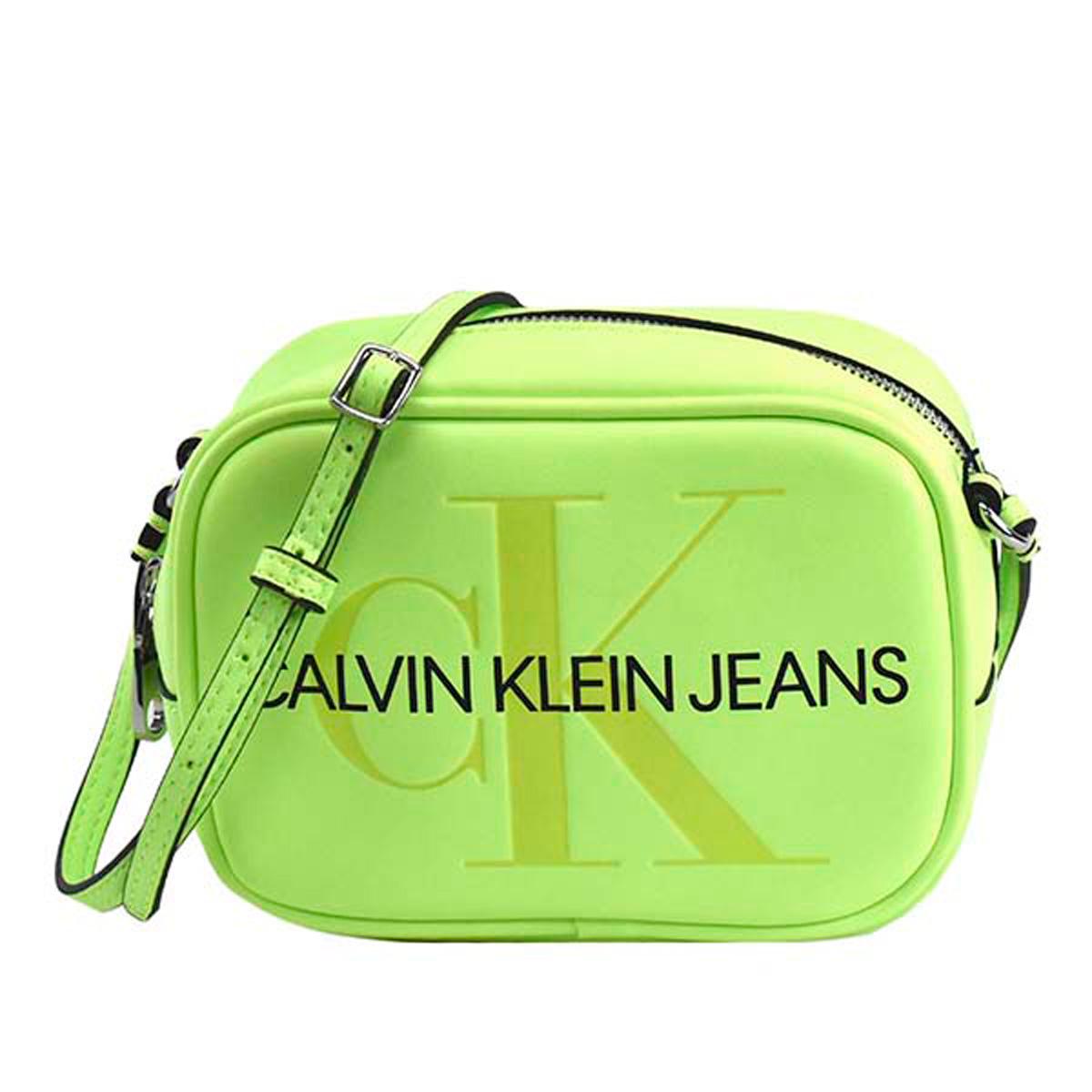 カルバンクラインジーンズ Calvin Klein Jeans CK バッグ K60K605524 070 SCULPTED MONOGRAM CAMERA BAG スカルプトゥ モノグラム カメラバッグ 斜めがけバッグ ミニバッグ ショルダーバッグ SAFETY YELLOW 蛍光イエロー系+ボルドー系
