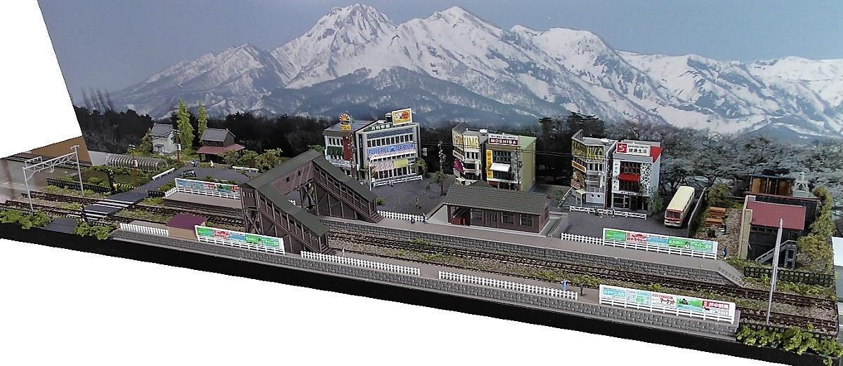 Nゲージ鉄道模型用展示台 【跨線橋のある昭和の町並み 90x30】●注文製作●