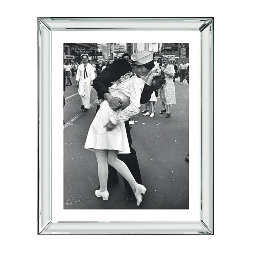 イギリス製 スタイリッシュでおしゃれなインテリア アート 正規輸入品 ブルックペース Brookpace Fine Arts ピクチャーアート 人気ブランド多数対象 英国製 新商品 大 マンハッタン ハリウッドキャラクター 送料区分 戦の終結を祝うキス BVL241 コレクション