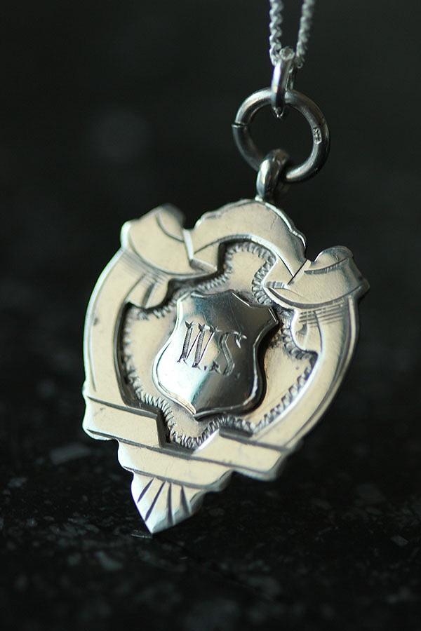 懐中時計チェーンの飾りのFOBにシルバーチェーンをつけたペンダントネックレス お得なキャンペーンを実施中 英国 ヴィンテージ 1927年 James Fenton FOB me01 Co フォブ シルバーペンダントネックレス ne02 新着セール