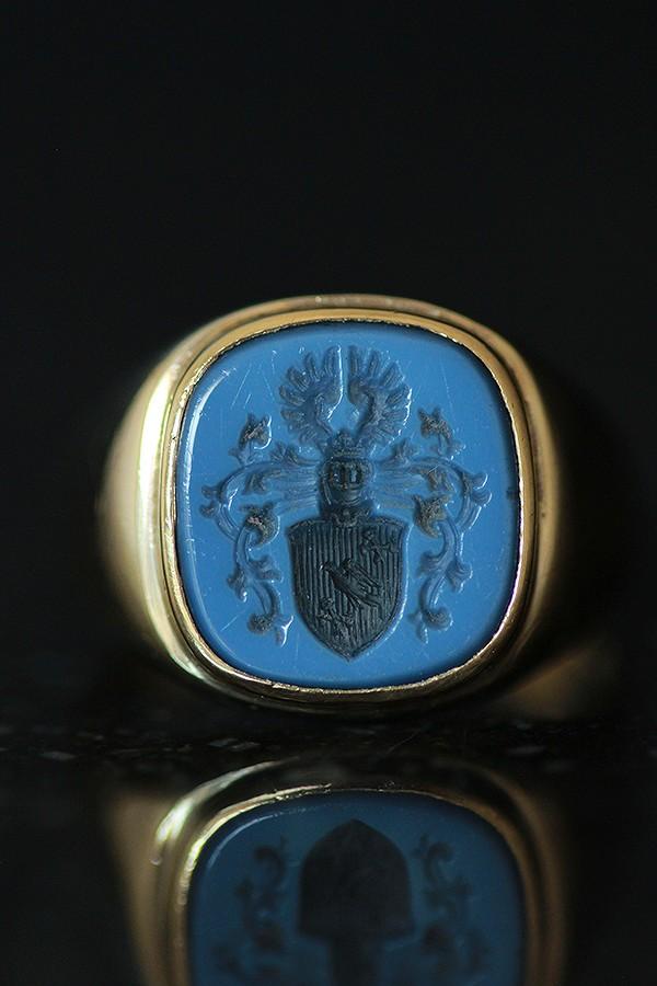 ブラックにペールブルーの2層のサードニクスにCoat of Arms 紋章の彫刻が施されたクレストシールリング ヴィンテージ ドイツ FAMILY お得 シール CREST 紋章 me01 ri04 8カラットゴールドシグネットリング15号 ※アウトレット品 サードニクス