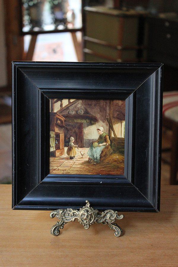 田舎のコテージのインテリアと親子の様子が繊細に描かれた陶板画です オランダ 19世紀末-20世紀初頭 新品未使用 ラッピング無料 コテージインテリア 手描き陶板画