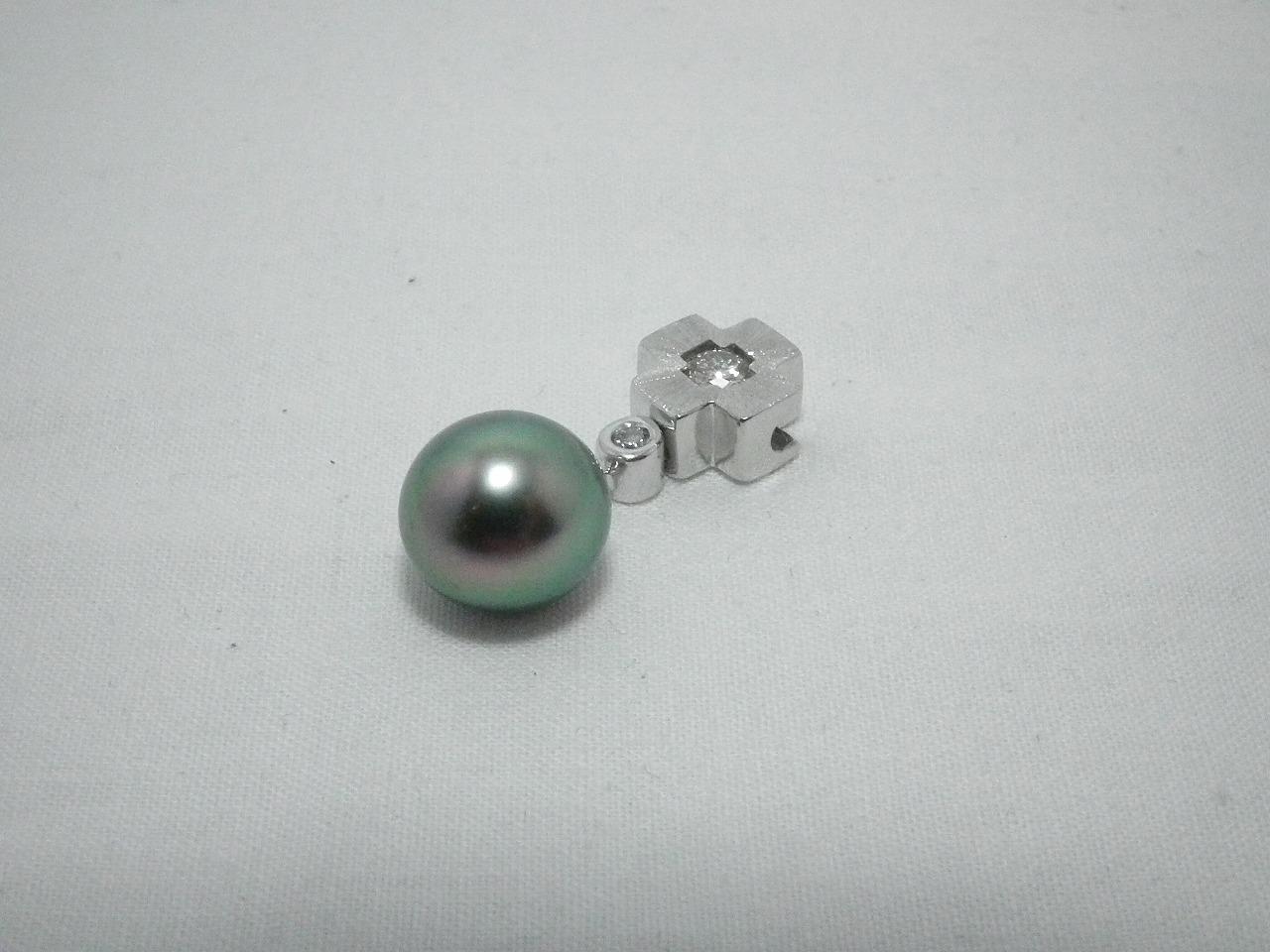 K18WG黒蝶真珠ダイヤネックレストップ 真珠10mm D0.23ct プレゼント