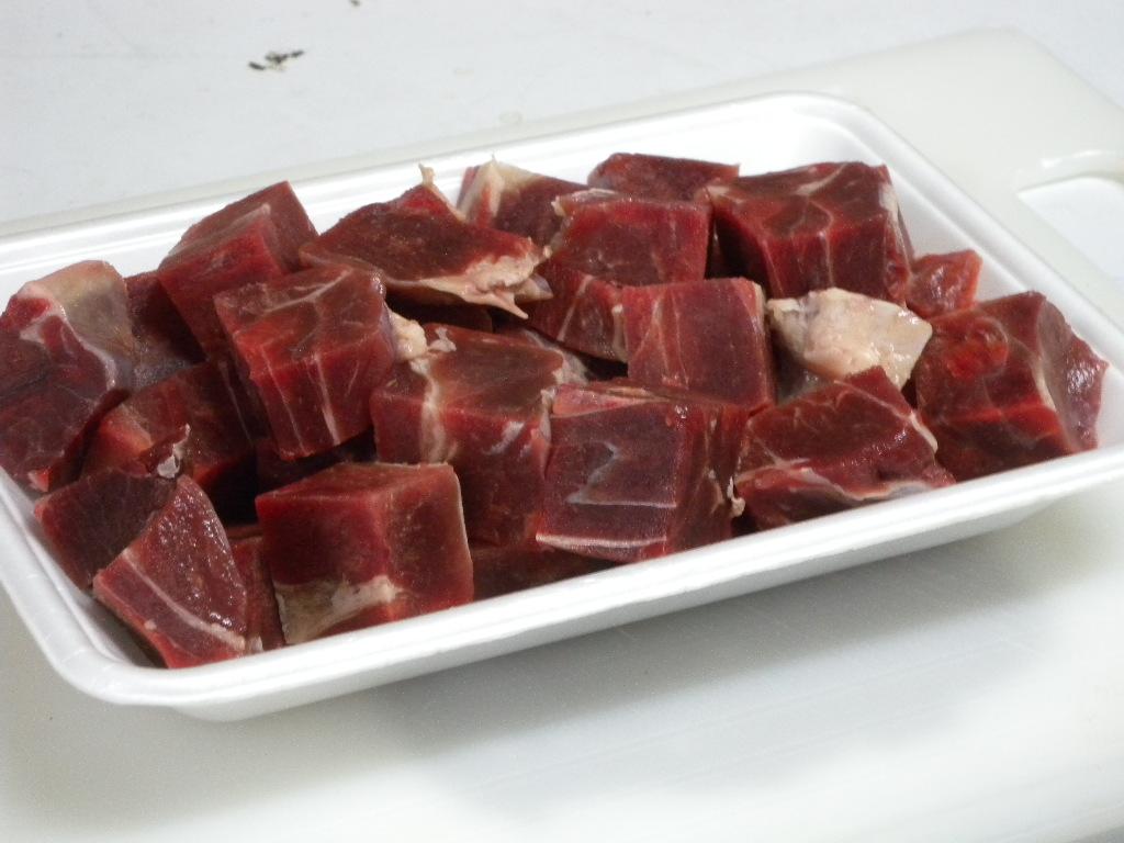 イノシシ肉は、ウデ肉やモモの端肉を、冷凍し角切りにしております。煮込み料理(カレー、シチュー)の具材として大変美味しい肉です。2980円で送料無料。 家庭用 天然猪肉 イノシシ肉 いのしし肉 (角切り肉 400g) 煮込み料理(カレー、シチュー用)