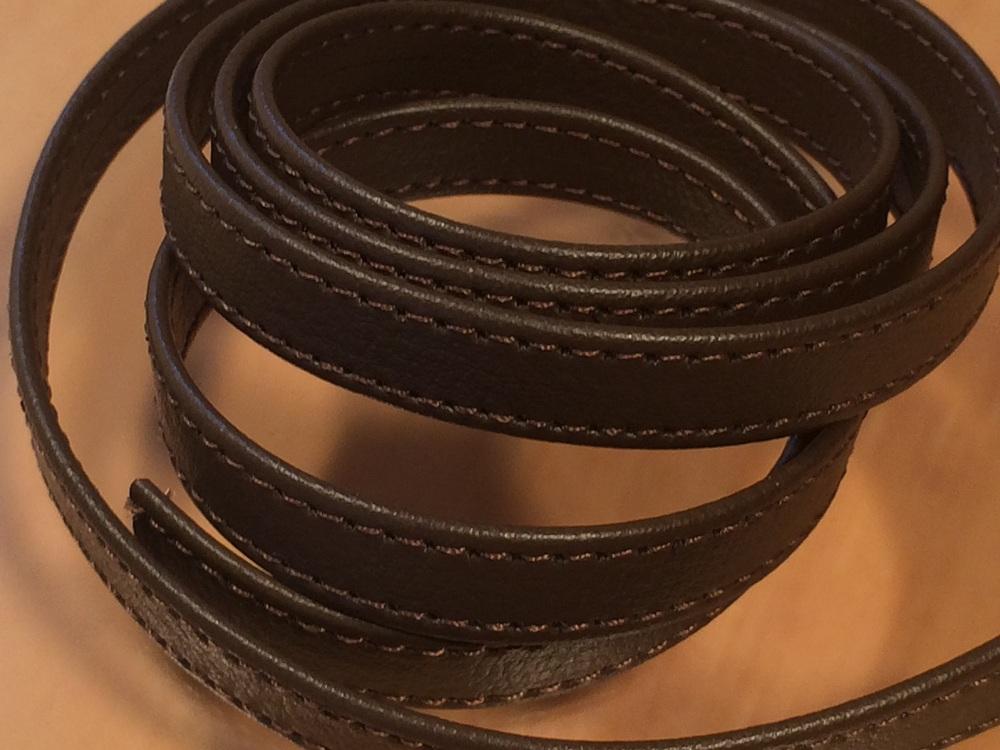 合成皮革で作られたしっかりとした細巾のハードタイプの両折れセンター合わせステッチ入りベルトです 期間限定 合成皮革ベルトハードタイプ 両端ステッチ入り 10mm SALE開催中