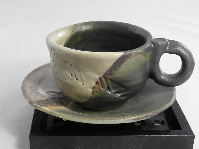 薪窯焼成 鳴海織部カップ ソーサーペア 窯変が美しい味わい深いコーヒーカップ ソーサー 正面反対も景色が楽しめます お買得 中も窯変味わい色合いが楽しめます 薪窯 赤松と雑木 にて焼成 薪窯独特の生地の部分が赤く 高さが21.2cmの花入れが89万円です 陶芸作家として高く評価されております 1 横 高台の削りのざっくり感が良い 火色 5☆大好評 が出て美しい 美術年鑑に掲載作家されております 2019年の評価額は縦