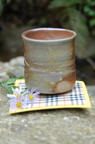 陶芸作家 荒川明作 薪窯 焼締 湯のみ yyu-15 木箱付き こだわりのギフト 還暦祝いなどの 贈り物に最適 【送料無料】 【無料ラッピング承ります】 fs04gm