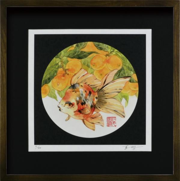 あでやかな金魚の世界 絵画 額装 デジタル版画 配送員設置送料無料 岩本夏樹 枇杷にキャリコ琉金 -新品 驚きの価格が実現 作 300角サイズ