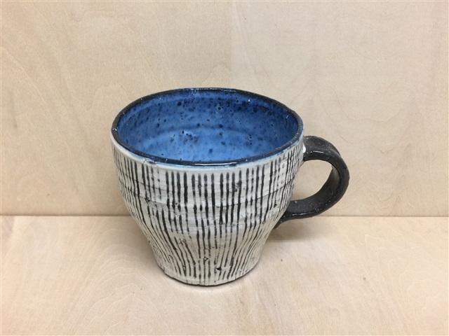 【波佐見焼 利左衛門窯】黒陶(荒)刷毛線彫(内ブルー)手造マグカップ
