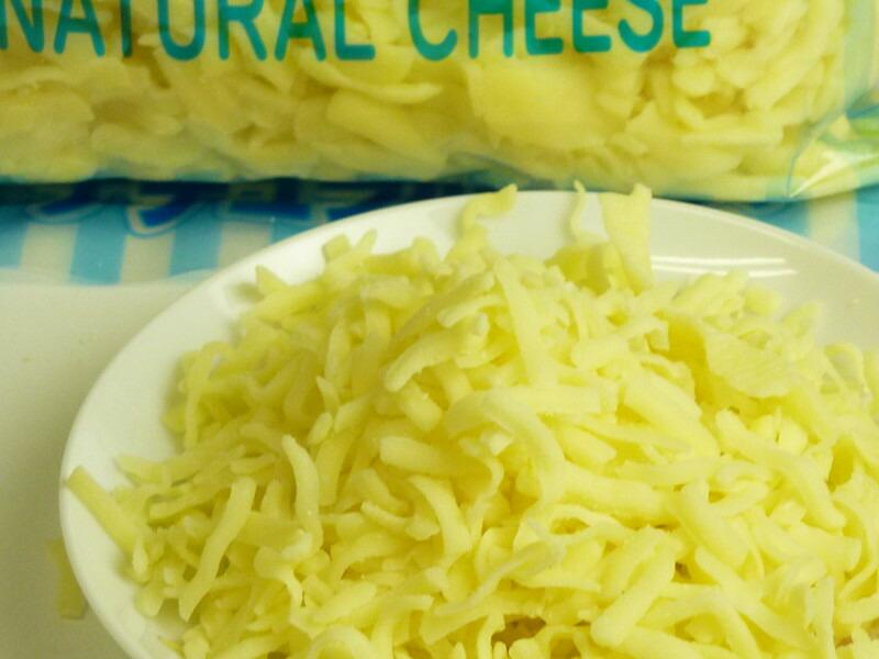 とろける~ミックスシュレッドチーズ 1kgパック のお得用パックです シュレッドチーズ 業務用 ピザ用 モッツァレラ セルロースの3種のチーズをミックスしたシュレッドチーズ 1kg×3パック 限定品 激安挑戦中 ゴーダ