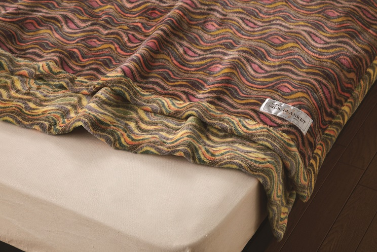 【送料無料】【日本製】ニッケ厳選 高級シルク毛布シングルサイズシルク毛布(100%)光沢感と爽やかな肌触りを持つシルク毛布は夏涼しく、冬は暖かい寝具にお最適です。保温性・吸湿性にも優れています。シルク毛布 Silk Blanket(AT31002)