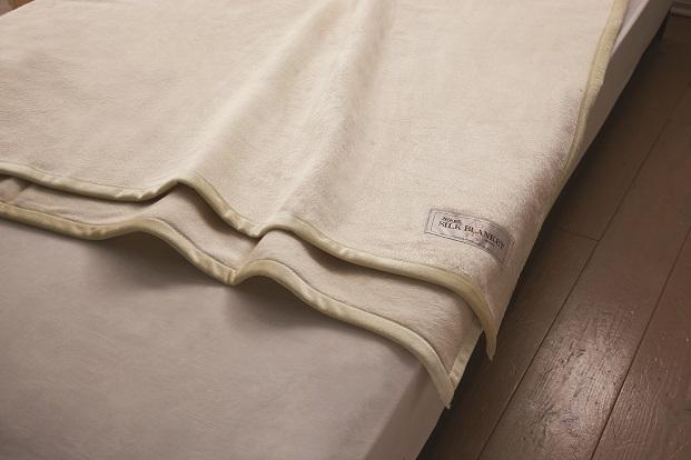 【送料無料】【日本製】ニッケ厳選 高級シルク毛布シングルサイズシルク毛布(100%)光沢感と爽やかな肌触りを持つシルク毛布は夏涼しく、冬は暖かい寝具にお最適です。保温性・吸湿性にも優れています。シルク毛布 Silk Blanket(AT41002)