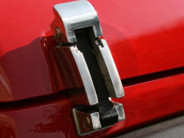 【USジープ直輸入純正】JEEP ジープJK Wrangler JKラングラー 2007年式以降 現行ステンレススチール製フロント用ラッチキットクロム