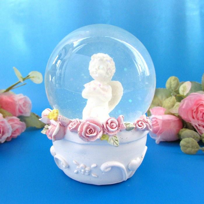 薔薇を抱いた可愛らしい天使のスノードームドームの中でキラキラが舞い 幻想的な空気を楽しめます ≪天使 驚きの価格が実現 超安い 置物 天使雑貨 エンジェル雑貨≫ 薔薇を抱いた天使のスノーグローブ スノードーム ホワイトデー 天使 ウィンター プレゼント 贈り物 エンジェル フェアリー ウォーターグローブ ギフト インテリア