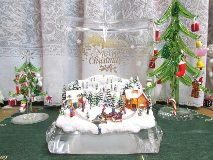 雪の降る静かな村にあたたかな光りが灯ります 素敵な冬が感じられる男性にも人気のインテリア置物です ほのかな灯り... LEDビレッジスクロールフィギュア クリスマス 置物 プレゼント ギフト 贈り物 インテリア置物 クリスマス雑貨 冬の街並み ウインターギフト オーナメント 男性へのプレゼント 低廉 メンズギフト 初売り LEDライト Roman社