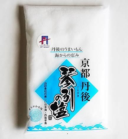 """送料込 京丹後 レビューを書けば送料当店負担 琴引海岸の海水100%を丹念に釜で炊き上げる自然製塩法で作った海塩です 手間をかけてほんの僅かに出来る天然の 琴引の塩 は""""海の京都""""の恵みです 300g """"海の京都""""丹後 3袋まで メール便 天然の"""