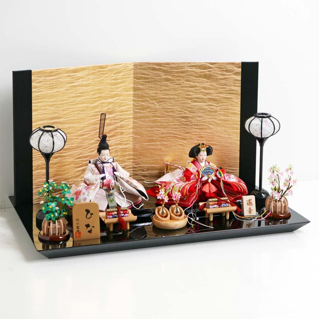 雛人形 親王飾り 平飾り ひな人形 赤の衣装に桜の刺繍の入った品のある雛人形絹金包み屏風巻物親王飾り