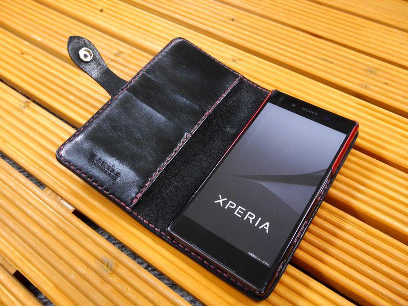 docomoのスマートフォン「Xperia Z5 SO-01H」 エクスペリア 専用 手帳型ケース 馬具職人 ハンドメイド 完全一点もの 総手縫い 栃木レザー社製 ブラック 黒革×赤 ベンズサドルレザー製