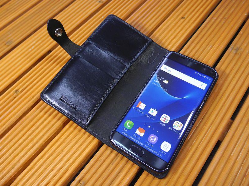 au スマートフォン 「Galaxy S7 edge SCV33」 ギャラクシーs7 エッジ 専用 手帳型ケース 馬具職人 ハンドメイド 完全一点もの 総手縫い 栃木レザー社  黒革×黒 オールブラック ベンズサドルレザー製