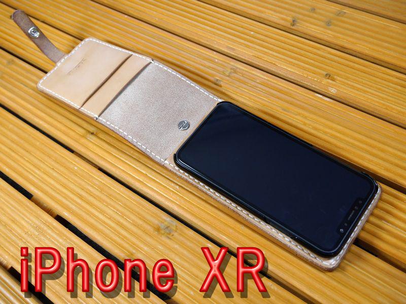 「iPhone XR」アイフォンXR 専用 縦開き型 馬具職人 ハンドメイド 完全一点もの 総手縫い 栃木レザー社 ナチュラル ヌメ本革 ベンズサドルレザー製 メンズ 耐衝撃 馬具職人工房 重厚 最高級 カード入れ スマホケース