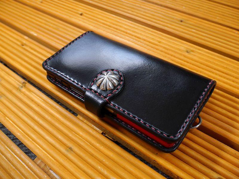 au「Xperia XZ SOV34」 「Xperia XZs SOV35」 エクスペリア  専用 手帳型ケース 馬具職人 ハンドメイド 完全一点もの 総手縫い 栃木レザー社製 ブラック 黒革×赤 ベンズサドルレザー製