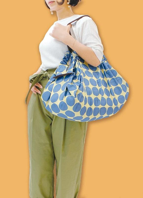 """""""シュパット""""簡単 一気にたためるコンパクトバッグ 折りたたむといつものバッグに入れて置けるコンパクトサイズ レジかごにぴったり入るのでスーパーのお買い物にはもってこい ^^ ☆只今割引中☆ 送料無料 シュパット ドット マーナ Shupatto コンパクト 人気急上昇 バッグ L 買い物袋 スッキリ 洗濯可能 簡単 本物◆ 人気ブランド コンパクトバッグ 15キロ 容量約31.4リット エコバック スーパー 一気に畳める コンビニ 軽い S419C"""