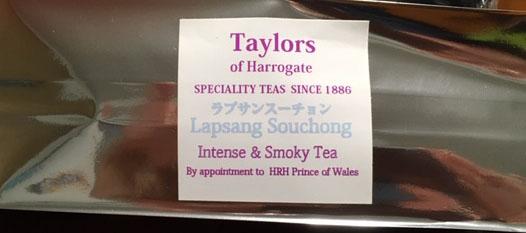 中国伝統の手法で窯で松の枝葉を燃やしその煙で燻し乾燥させた茶葉です。独特の風味とスモーキーな味香は癖になる方も多く高級茶として英国で特に親しまれています。 テイラーズ・オブ・ハロゲイト紅茶ラプサンスーチョン80g