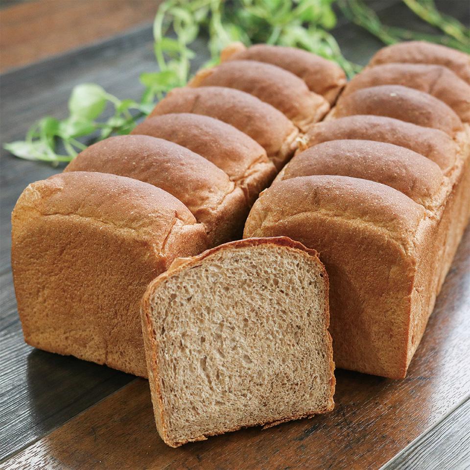 BASIC BAKERYの全粒粉食パンはイーストフード 乳化剤 特別セール品 合成甘味料 着色料 保存料 香料 保存料不使用のパンです 24枚 全粒粉100%食パン 九州産小麦 無添加 6枚切 ココナッツオイル使用 4斤 全品最安値に挑戦 水素水仕込み