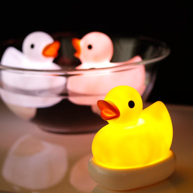 <title>あひる 癒しのバスタイム 子どもが喜ぶおもちゃ バスライト RELAXING_BATHLIGHT Duck アヒル 防滴ライト お風呂ライト ダック お風呂に浮かべる ぷかぷか 割引 浮かぶ かわいい 癒し リラックス ギフト</title>