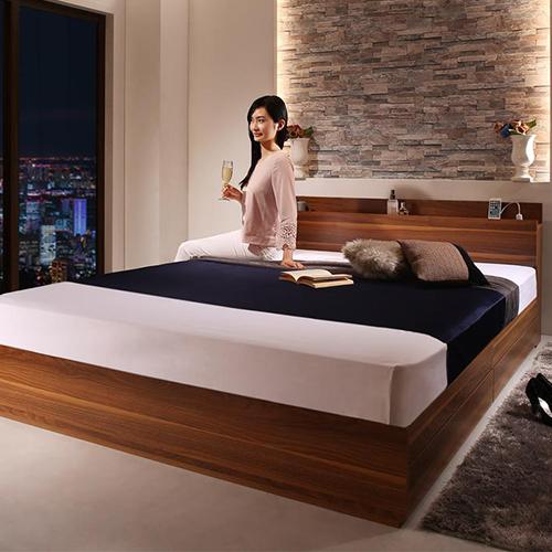 美しいウォルナット調 棚・コンセント付収納ベッド (クイーン)