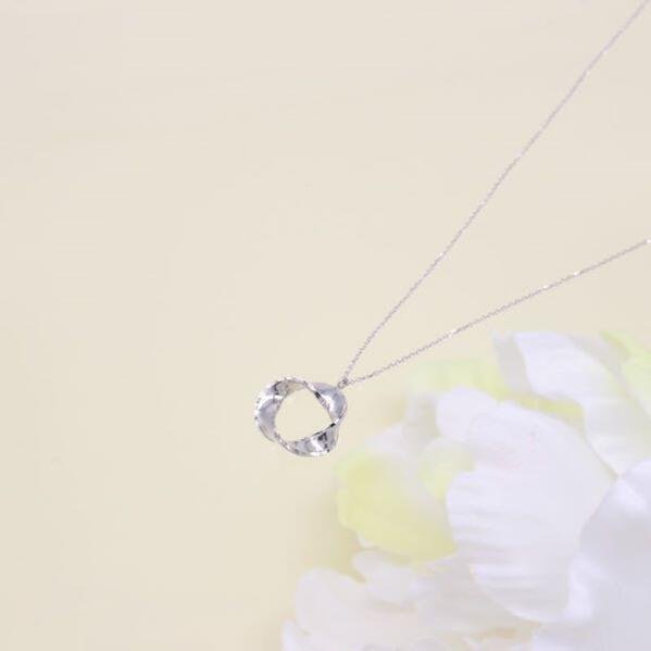 ウノアエレデザインネックレス・ひねり輪 42cm