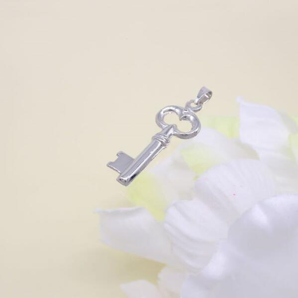 【送料無料】ウノアエレ K18WG ホワイトゴールド鍵型ペンダント PFX622/19141
