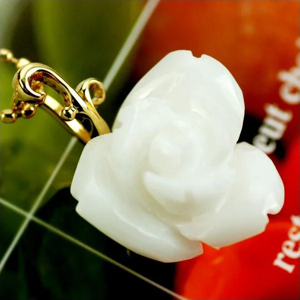 K18白珊瑚薔薇カーヴィング「つるバラのペンダントトップ」アイスバーグ 誕生石 3月
