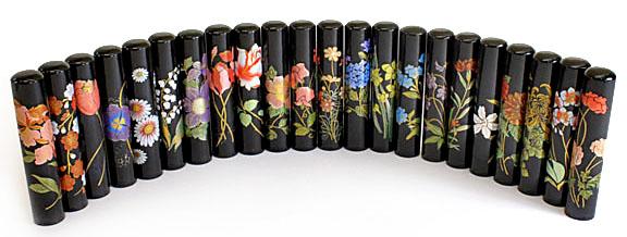 22種類の花から選べます 当店オリジナル ■ 印鑑 はんこ 黒水牛印鑑 花蒔絵 プレゼントやギフトに ケースなし 送料無料 12mm銀行印 高い素材 福袋価格 認印 注目ブランド