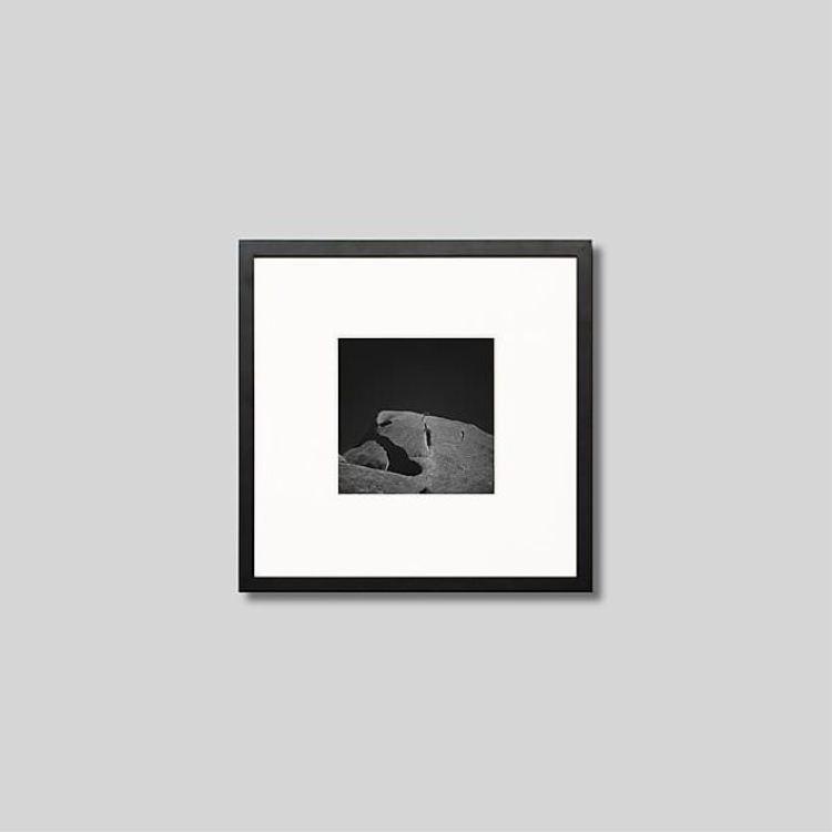 ウッド黒フレーム 正方形Sサイズ インテリア 期間限定で特別価格 アート フォト 期間限定お試し価格 プロ作品 デザイナー デザイン フォトグラフ 豊かなおうち時間 男前インテリア 写真 アイグレボウ モダン オーストラリア スタイリッシュ モノクローム ウルルの岩の割れ目に木 モノクロ ピクチャーアート インテリアフォト IGREBOW