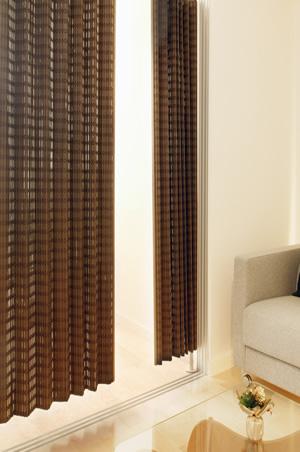 竹カーテン Nuance(ニュアンス)BW-1540W200×H175cm2種類の幅のヒゴは色を変え、丁寧に重ねて、すだれ状に織られた生地をカーテンにしています。高級感があり、ヒゴを重ねている事で極力遮光、目隠し度を上げています。