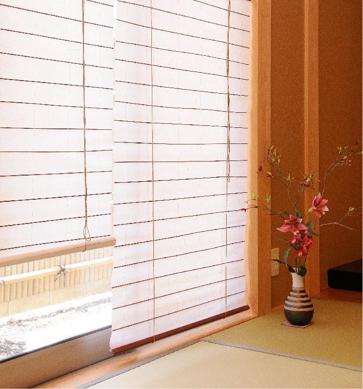 障子風スクリーン 風和璃 FUWARIRH-1190W~1192W幅180cm×高さ180cm和紙と不織布で丈夫な上に取付方も豊富。模様替えに和の雰囲気のお部屋を演出。RH-1191w薄紅はご相談ください。RH-1192w蜂蜜はご好評により完売致しました。