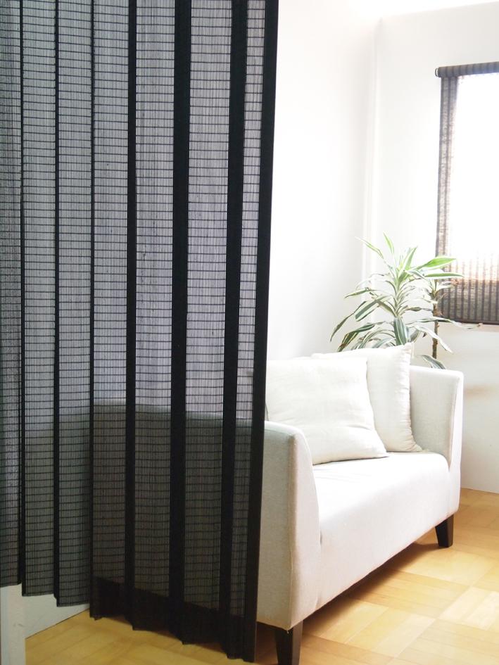 天然木カーテン A-71W W200xH175cm日本製天然木に黒で着色したウッドカーテン天然木の優しく、温かみのある雰囲気と落ち着いた色味をお部屋に間仕切りにもおしゃれに使って頂けます。遮断する布製カーテンにはない、そこに人を感じられる空間作りに