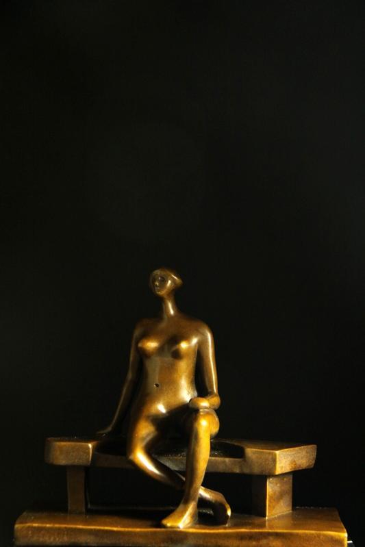 【送料無料】重量ブロンズ像 ベンチに座る婦人 ヘンリー・ムー28cm名作