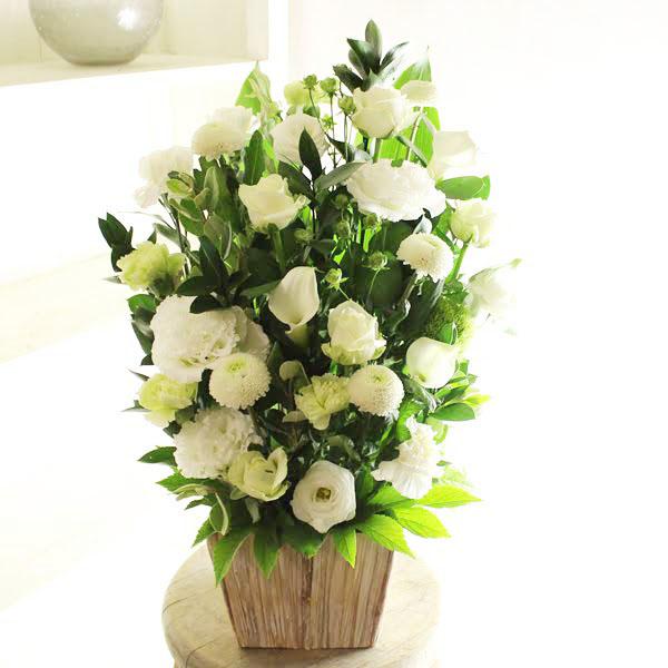 デザイナー三栗野真平が手がける「動き」「間」を表現したお洒落なアレンジメントフラワーです。入籍祝い、結婚祝い、結婚周年祝いなど、結婚に関する贈り物にオススメの一品です。 アレンジメントフラワーLサイズ Refreshing Coolness(グリーン・白系)※デザイナーが手がけるお洒落な一品入籍祝い 結婚祝い 結婚周年祝い ブライダル ウェディング 贈り物 フラワーギフト プレゼント お祝い お花 送料無料 メッセージカード無料 あす楽