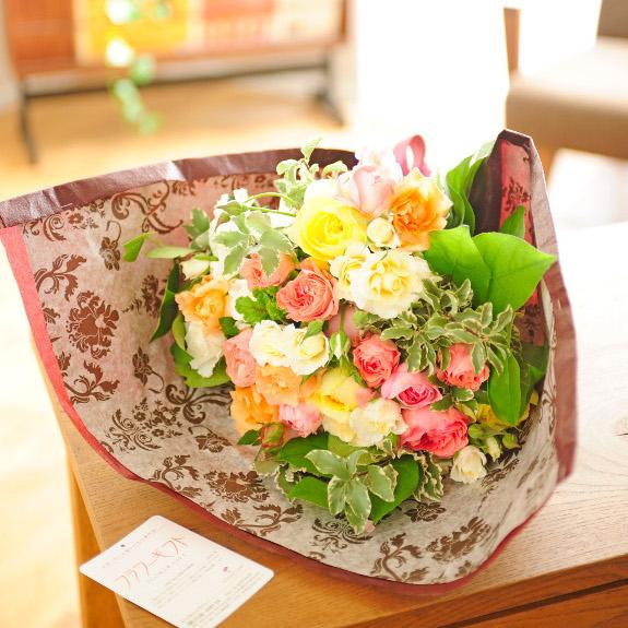 暖色系のバラは男性への贈り物としても人気!花束・ブーケ 高級バラのオリジナルブーケ(Mサイズ アプリコット系)開店祝い 移転祝い 誕生日 贈り物 フラワーギフト プレゼント お祝い お花 送料無料 メッセージカード無料 ラッピング無料 楽ギフ あす楽