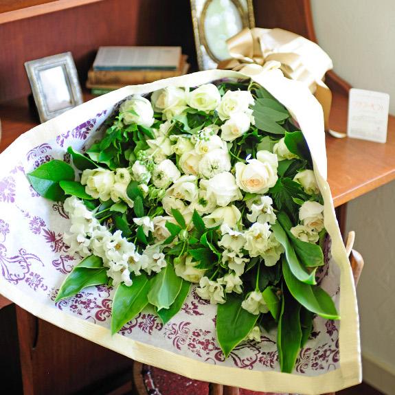 厳選農家が栽培する鮮度抜群な白い薔薇を配達!清潔感あるバラの花束・ブーケ!(LLサイズ 白系)誕生日 結婚祝い ブライダル ウェディング 結婚式 贈り物 フラワーギフト プレゼント お祝い お花 送料無料 メッセージカード無料 ラッピング無料 楽ギフ あす楽