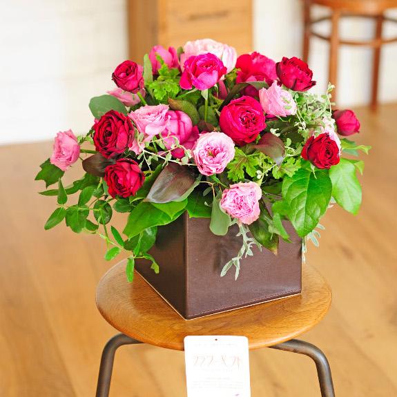 アレンジメントフラワー レザーBOX仕立ての薔薇(おまかせミックス)結婚祝い 出産祝い 誕生祝い バースディ ブライダル 婚約 誕生日 贈り物 フラワーギフト プレゼント お祝い お花 送料無料 メッセージカード無料 あす楽