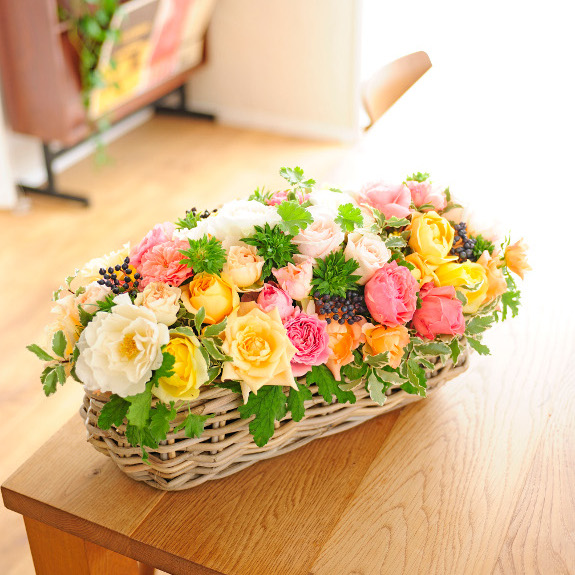 アレンジメントフラワー 高級バラ FLOWER GARDEN(バスケット仕立て・アプリコット系)誕生日 結婚祝い 開店祝い 就任祝い 入学祝い 就職祝い 贈り物 フラワーギフト プレゼント お祝い お花 送料無料 メッセージカード無料 あす楽