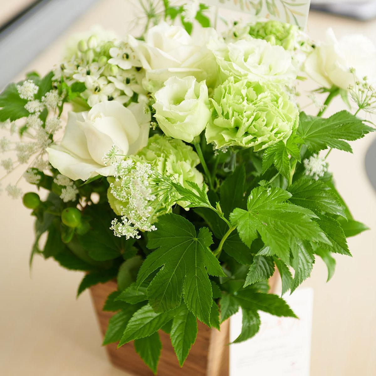 【立札と花の融合デザイン】ウッドバスケット ホワイト&グリーン デザイナーズアレンジメントフラワー【送料無料】開店祝い 開業祝い 退職祝い 誕生日祝い 長寿祝い 結婚祝い 出産祝い 贈り物 フラワーギフト プレゼント お花 あす楽