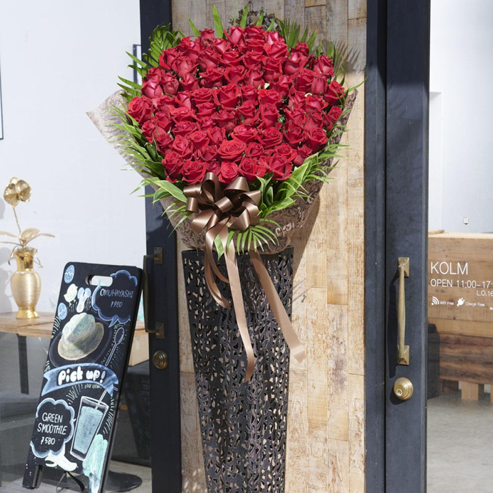 【送料無料!東京23区周辺限定】高級薔薇を使用したラグジュアリースタンド花(赤バラ70本)黒ブリキ花器仕立て開店 開業 開院 開局 改装 リニューアル オープン 移転 発表会 個展 公演 開催 楽屋見舞い お祝い花 ローズスタンド 配送設置 スタンド回収無料 木札無料